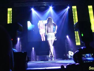 flexi stepmom uncovered on stage