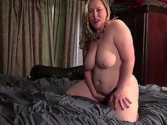 Curvy American housewife fingering herself