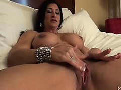 Hot Italian Plays with Her Hot Big G-point